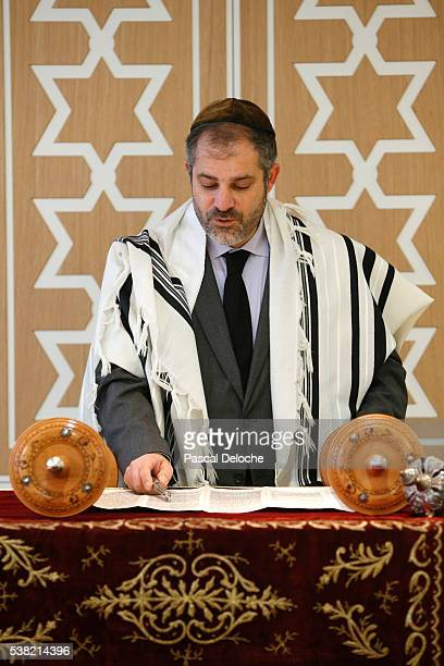 beth yaacov synagogue. reading of the torah. - rabbi stock pictures, royalty-free photos & images