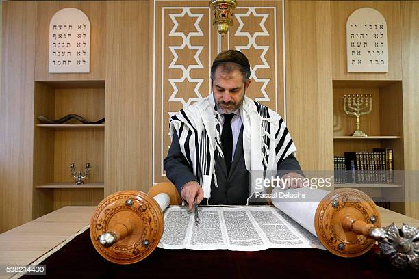 beth yaacov synagogue. reading of the torah. - jewish prayer shawl ストックフォトと画像