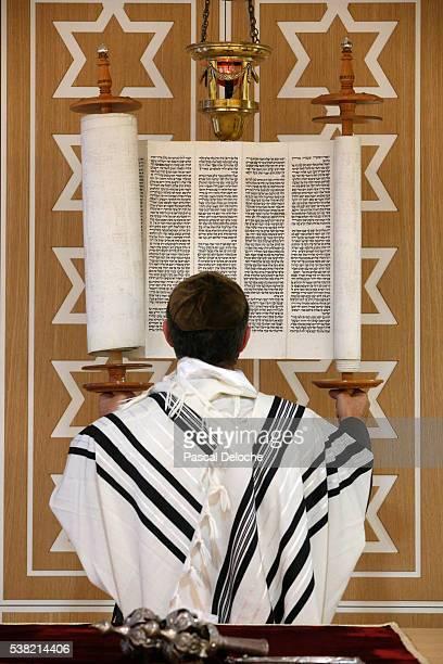 beth yaacov synagogue. reading of the torah. - ラビ ストックフォトと画像