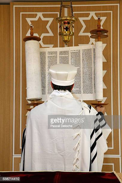 beth yaacov synagogue. reading of the torah. - jewish prayer shawl stock pictures, royalty-free photos & images