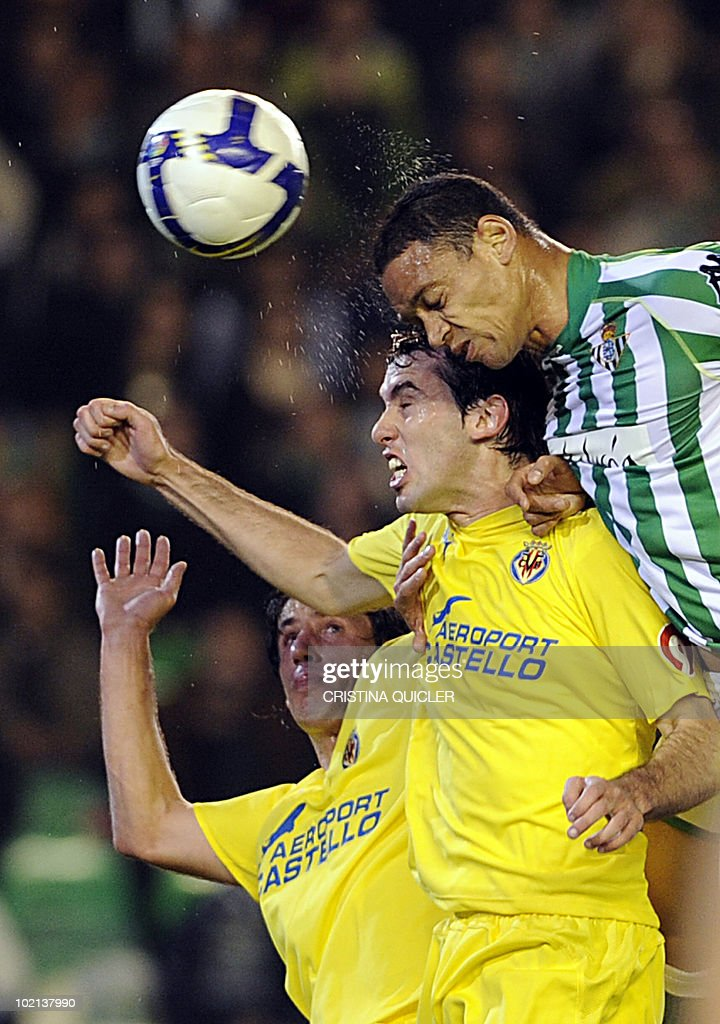 Betis's Ricardo Oliveira (R) vies with Villarreal's Joan Capdevila (down) and Diego Godin (center) during their Spanish league football match at the Ruiz de Lopera stadium in Sevilla, on March 1, 2009.