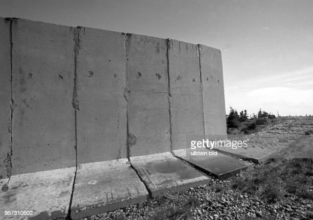 Betonsegmente der Mauer der einstigen innerdeutschen Grenze auf dem Gipfel des Brocken im Harz aufgenommen im Februar 1993 Auch Jahre nach der...