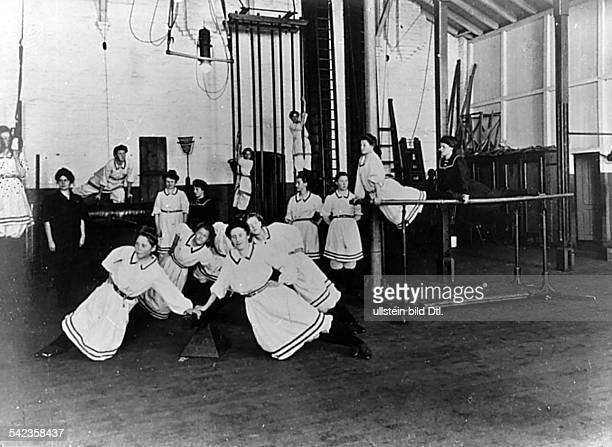 Betriebssport 1903Turnhalle im Byaerwerk Leverkusen zurkörperlichen Ertüchtigung der 220beschäftigten Frauen und Mädchen 1903