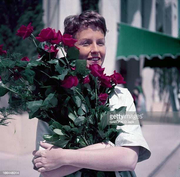 Betsy Blair At The Cannes Film Festival 1995 A Cannes dans une rue portrait de Betsy BLAIR portant une brassée de roses rouges