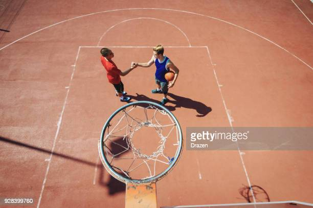 bessere gegner gewann das basketball-spiel - wurf oder sprungdisziplin herren stock-fotos und bilder