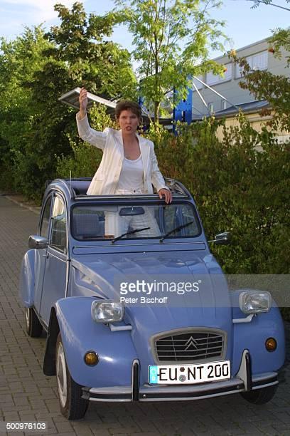 Bettina Böttinger mit Pkw 'Citroen 2CV' im Volksmund 'Ente' Auto offenes Dach Moderatorin Promi PNr715/2003 NB Foto PBischoff/E Veröffentlichung nur...