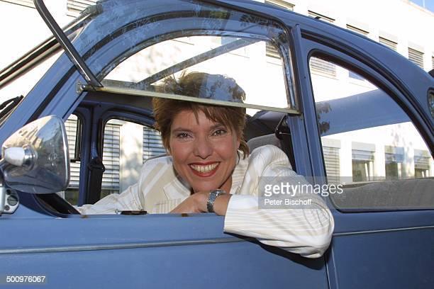 Bettina Böttinger mit Pkw 'Citroen 2CV' im Volksmund 'Ente' Auto Autofenster Moderatorin Promi PNr715/2003 NB Foto PBischoff/E Veröffentlichung nur...