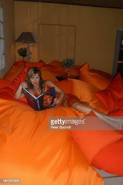 Bettina Cramer WellnessUrlaub Im Spreewald bei Cottbus RomantikHotel Hotel zur Bleiche Moderatorin Bett Kissen Buch lesen Promis Prominente...