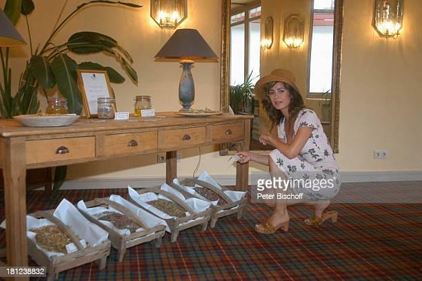 Bettina Cramer WellnessUrlaub Im Spreewald bei Cottbus RomantikHotel 'Hotel zur Bleiche' Moderatorin Strohhut Kopfbedeckung Hut Kräuter Promis...