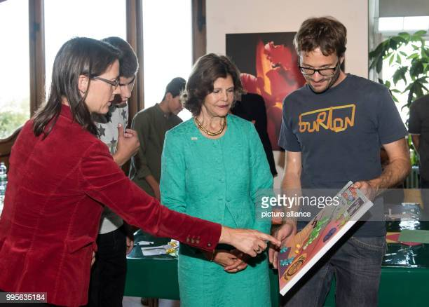 Bettina Graefin Bernadotte a refugee Sweden's Queen Silvia and a mentor in conversation during a workshop with refugees on the island of Mainau in...