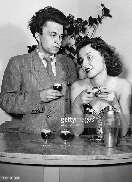 Bettina Schön und Wolfgang Kieling beiAufnahmen zum Hörspiel Ein Platz an derSonne nach dem Roman von TheodoreDreiser 1952