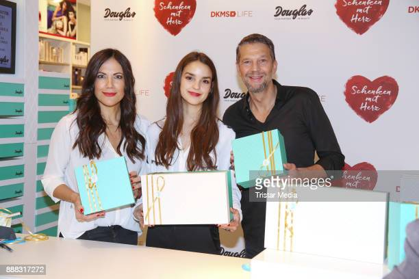 Bettina Zimmermann Luise Befort and Kai Wiesinger during the XMas charity campaign 'Schenken mit Herz' on December 8 2017 in Hamburg Germany