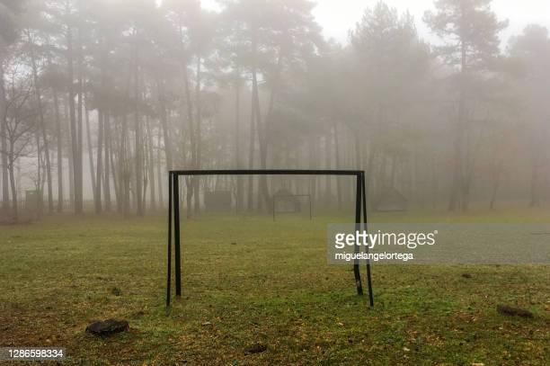 between fall and winter - foggy soccer courtyard - miguelangelortega fotografías e imágenes de stock