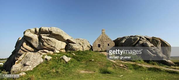ハードロックとの間の場所 - 石造りの家 ストックフォトと画像
