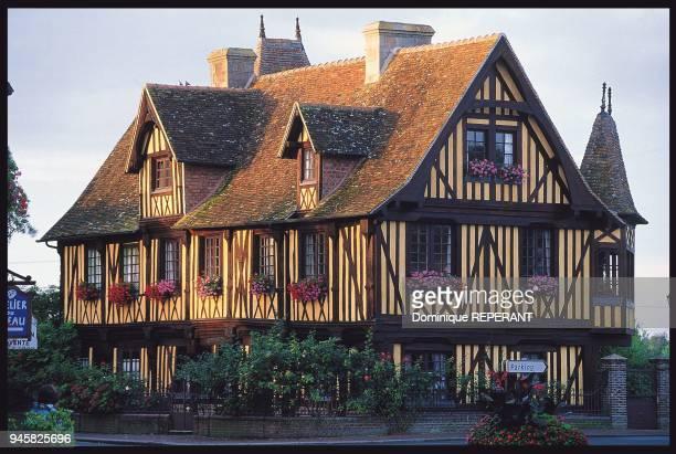 BeuvronenAuge prsente autour de sa place centrale de trs belles maisons pans de bois au charme typiqueCe manoir date du XVme sicle