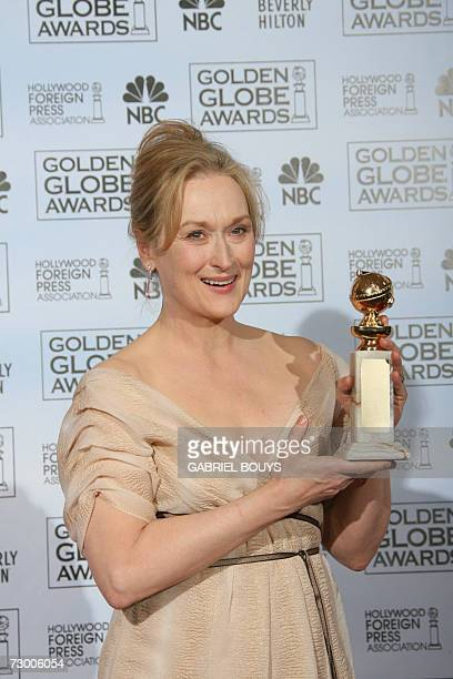 Beverly Hills, UNITED STATES: Meryl Streep poses with the award 15 January 2007 at the 64th Annual Golden Globe Awards in Beverly Hills, California....