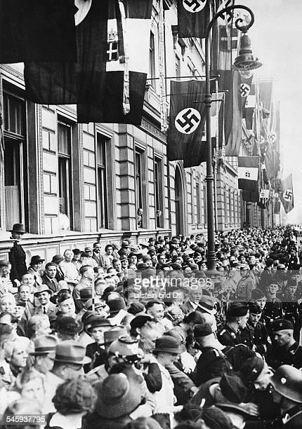Bevölkerung auf der Wilhelmstraße inErwartung der Autokolonne