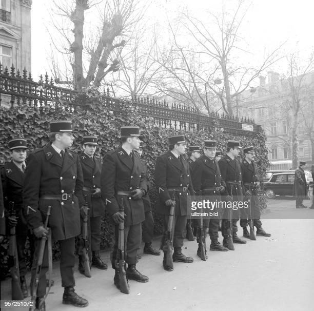 Bewaffnete Polizisten bei der feierlichen Umbenennung des Place de l'Ètoile in Place CharlesdeGaulle aufgenommen am in Paris Der Platz wurde zu Ehren...