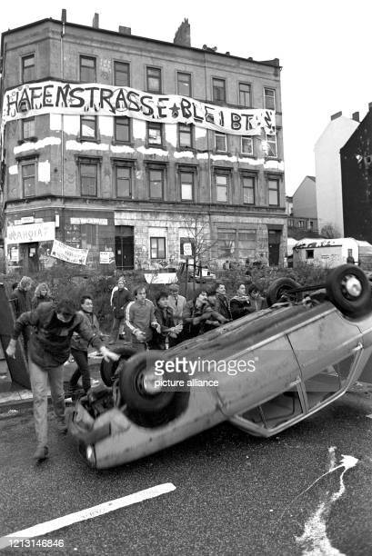 Bewohner der Hafenstraße bauen am eine der Straßen-Barrikaden ab. Die jahrelangen Auseinanderstzungen um die von einer bunten Szene junger Leute...