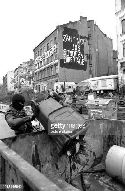 Bewohner der Hafenstraße entsorgen am Teile der abgebauten Barrikaden in bereitgestellte Container. Die jahrelangen Auseinanderstzungen um die von...