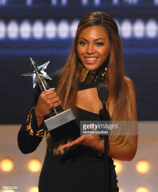 Beyonce accepts Best Female RB Artist award