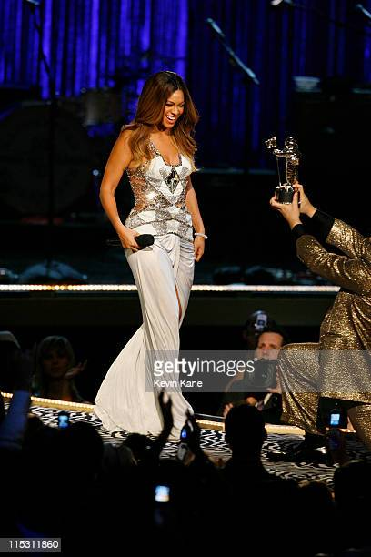Beyonce accepts Best RB Video award for Check On It from host Jack Black
