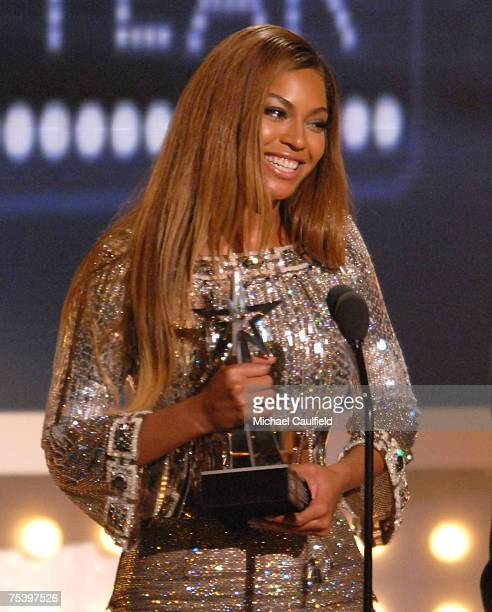 Beyonce accepts Video of the Year award for 'Irreplaceable'