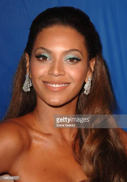 Beyonce Knowles during 'Dreamgirls' Los Angeles Premiere Arrivals at Wilshire Theatre in Beverly Hills California United States