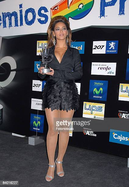 Beyonce Knowles poses for photographers in the press room of 'Los 40 Principales' 2008 awards ceremony at the Palacio de los Deportes on December 12...