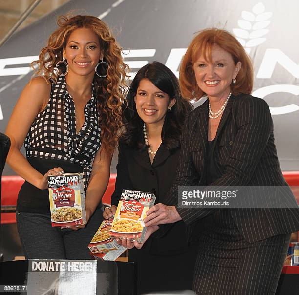Beyonce Knowles Sarita Finnie and Vicki Escarra of Feeding America announce The Feeding America Show Your Helping Hand Campaign at Madison Square...