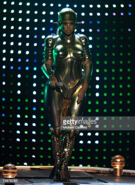 Beyonce performs Get Me Bodied