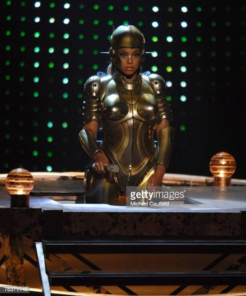 Beyonce performs 'Get Me Bodied'