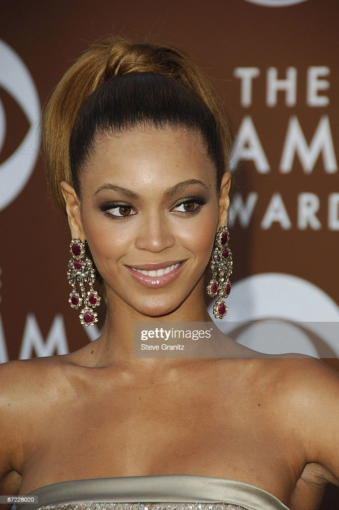 The 48th Annual GRAMMY Awards - Arrivals : News Photo