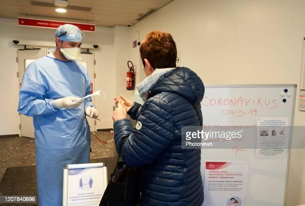 - Bezoek aan de sorteerafdeling en eerste onderzoek in het Delta ziekenhuis, daar worden patiënten met coronavirus behandeld - Visite de l'unité de...