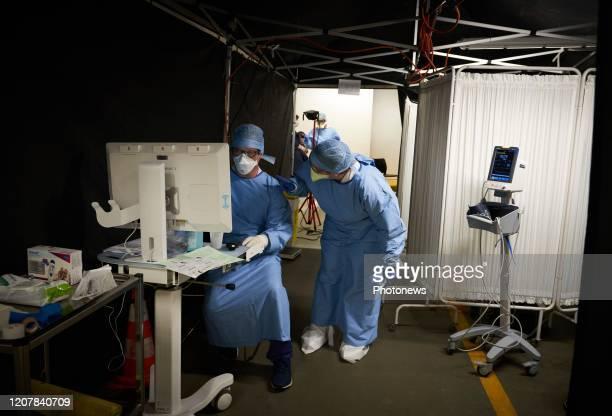 Bezoek aan de sorteerafdeling en eerste onderzoek in het Delta ziekenhuis daar worden patiënten met coronavirus behandeld Visite de l'unité de tri et...