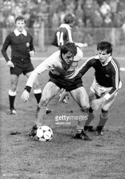 BFCMittelfeldspieler Roland Jüngling attackiert den ballabschirmenden Dresdner Stürmer Peter Kotte Schiedsrichter Manfred Roßner schaut aus der...