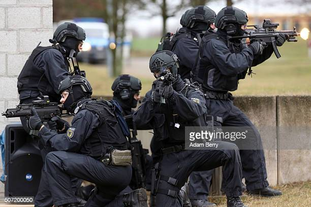 BFEplus Police Unit officers give a demonstration on January 28 2016 in Ahrensfelde Germany The new elite unit called the Beweissicherungs und...