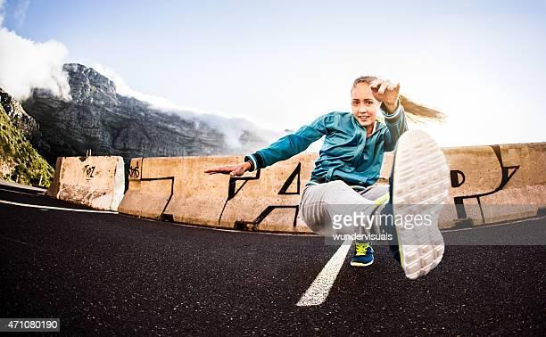 B -10 代の少女のエクササイズでブレークダンスをするスポーツ用
