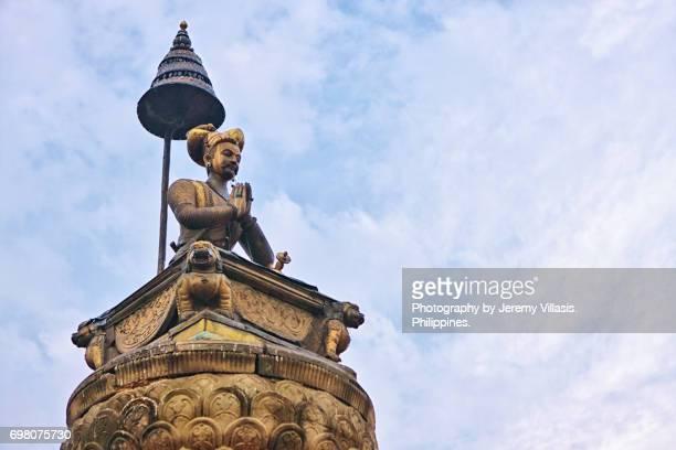 bhupatindra malla statue, bhaktapur durbar square - バクタプル ストックフォトと画像