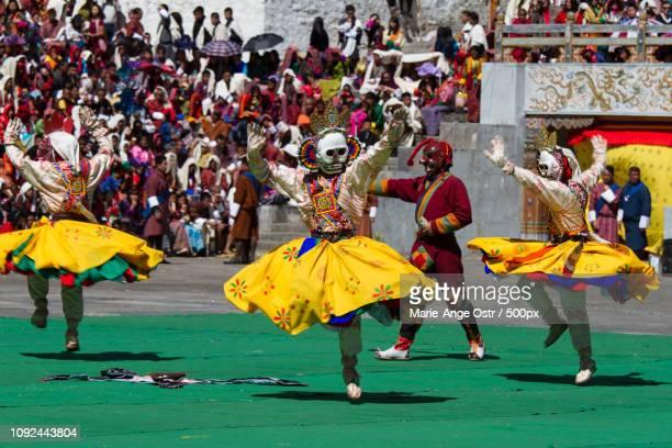 bhutan, bhutanese dancers festival - marie ange ostr�� photos et images de collection