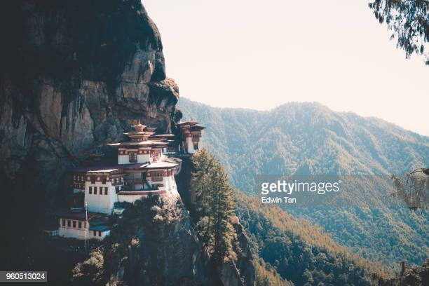 bhutan buildings early in the morning with mist - buddha foto e immagini stock