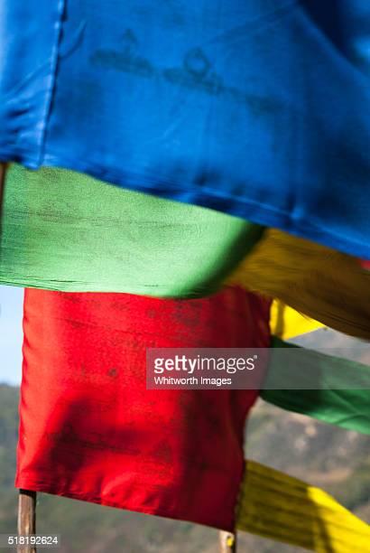 bhutan, trongsa. blue, green, red and yellow buddhist prayer flags. - trongsa district stockfoto's en -beelden