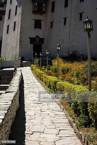 bhutan, trongsa. entrance path to trongsa dzong. - trongsa district stockfoto's en -beelden
