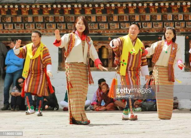 伝統的なドレスを着て踊るブータンの人々 - ブータン ストックフォトと画像