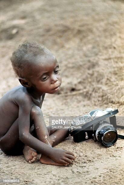 Biafra War Au Biafra le comble de l'horreur les Ibos sont en cours d'extermination L'appareil photo donne la mesure de la taille de cet enfant arrêté...
