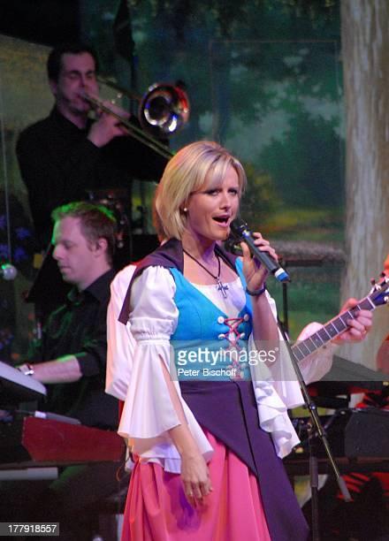 Bianca App dahinter Musiker vom SamstagabendshowTVOrchester Tournee Das Frühlingsfest der Volksmusik BremenArena Halle 7 Bremen Deutschland Europa...