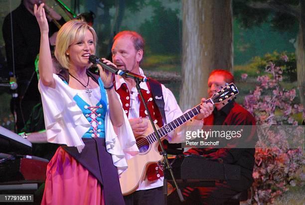 Bianca App Uwe Erhardt dahinter Musiker vom SamstagabendshowTVOrchester Tournee Das Frühlingsfest der Volksmusik BremenArena Halle 7 Bremen...
