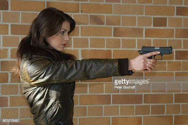 """Bianca Hein, ZDF-Serie """"Soko 5113"""", München, Deutschland, , P.-Nr.:708/2006, Leder-Jacke, Pistole, Waffe, Schauspielerin, Promi NM; Foto:..."""