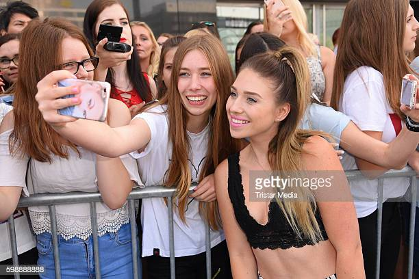 Bianca Heinecke with fans during the 'Glossycon' on September 3 2016 in Berlin Germany