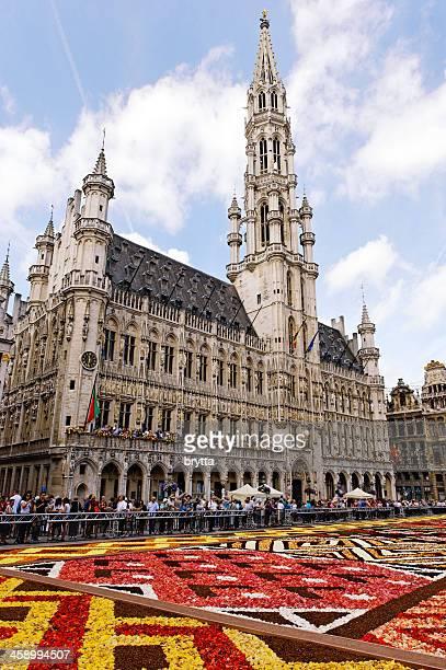 bi-annual flower carpet at brussels grand place, belgium - grote markt brussel stockfoto's en -beelden